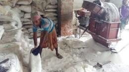 ঝিনাইদহ কালীগঞ্জে বাফার গোডাউনে জমাট বাঁধা সার ইট ভাঙা মেশিনে ভাঙা হচ্ছে