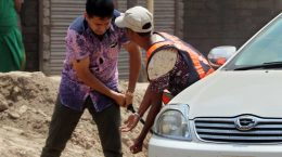 তুচ্ছ ঘটনায় শ্রমিককে রড দিয়ে পেটালেন পুলিশ সার্জেন্ট