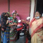 ঝিনাইদহ জেলা প্রশাসক মহাদয়ের নেতৃত্বে মহিলা ভাইস চেয়ারম্যান আরতি দত্ত দুঃস্থ মানুষের মাঝে প্রধান মন্ত্রীর খাদ্য উপহারের কার্ড বিতরন করেন